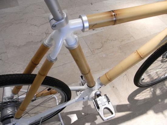 Bambus-Bike von biomega, Sattel-Ansicht. Es sieht solide aus und die Verstrebungen sind aus Metall.