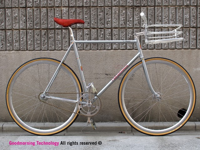 Silbernes Fixie mit Bike Porter Fahrradkorb.