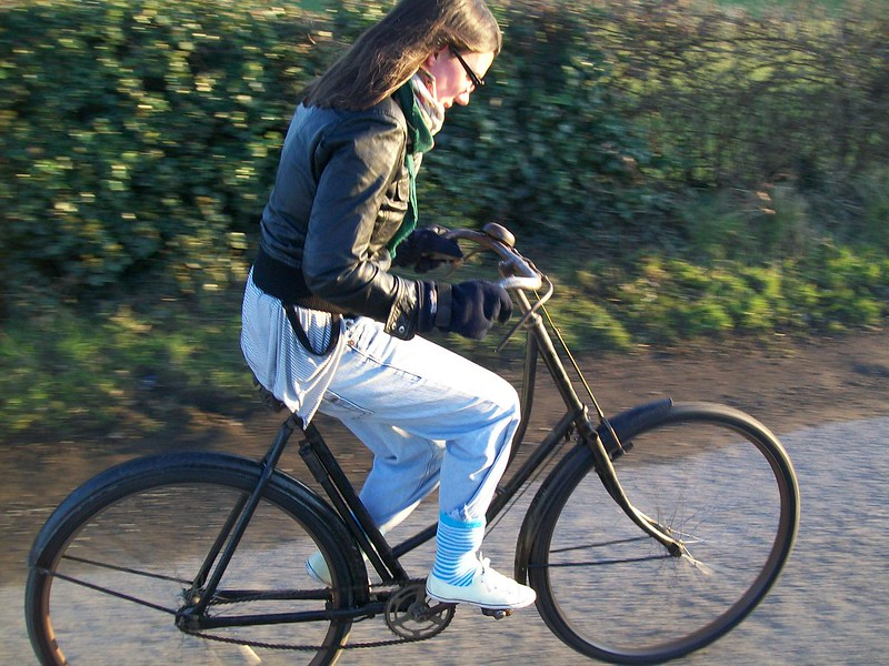 Eine Frau fährt auf dem Fahrrad