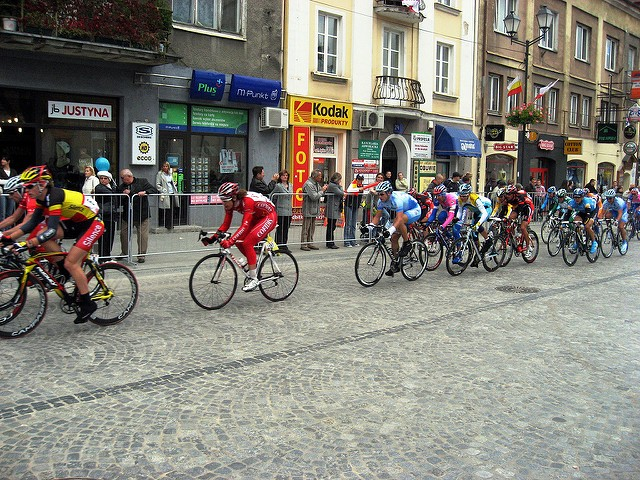 Fahrer der Tour de Pologne auf einer Einkaufsstraße in Polen