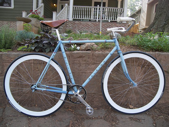 Raleigh Blink Fixie in hellblau von Adam Slight.