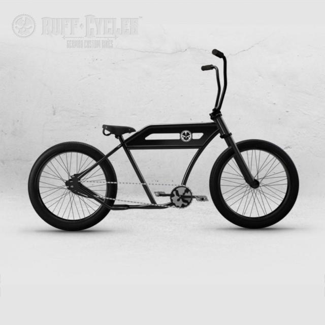 Ruff Cycles Porucho Cruiser in schwarz mit Totenkopf-Logo und hohem Lenker.