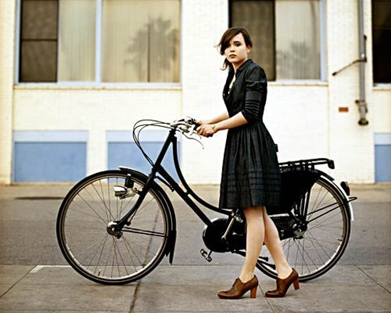Ellen Page auf einem Hollandrad ganz in schwarz.