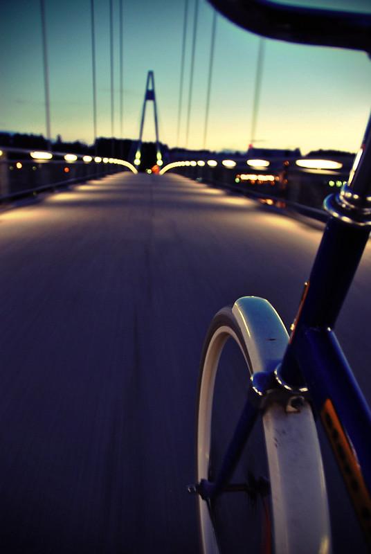Starty Rad fährt auf eine Brücke zu