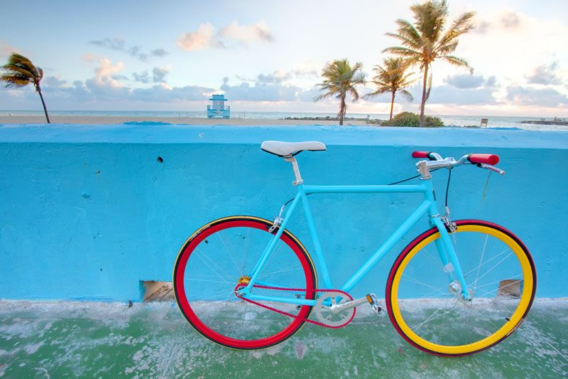 Aristotle Build 06 Fixie in blau, rot und gelb von Republic Bike