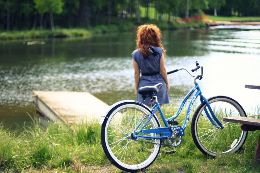 Beachcruiser, blau, Frau am See