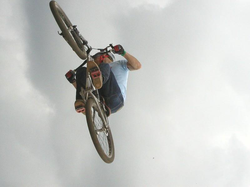 BMX Sprung in den Wolken