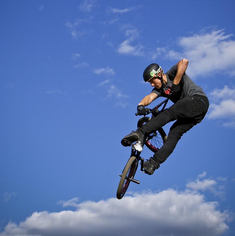 BMX Sprung auf die Wolke drauf