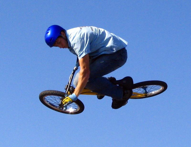 BMX Sprung in blauen Himmel