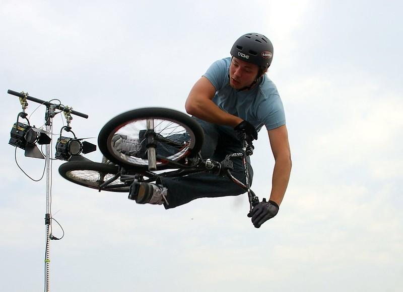 BMX Sprung gegen den Lichtmasten