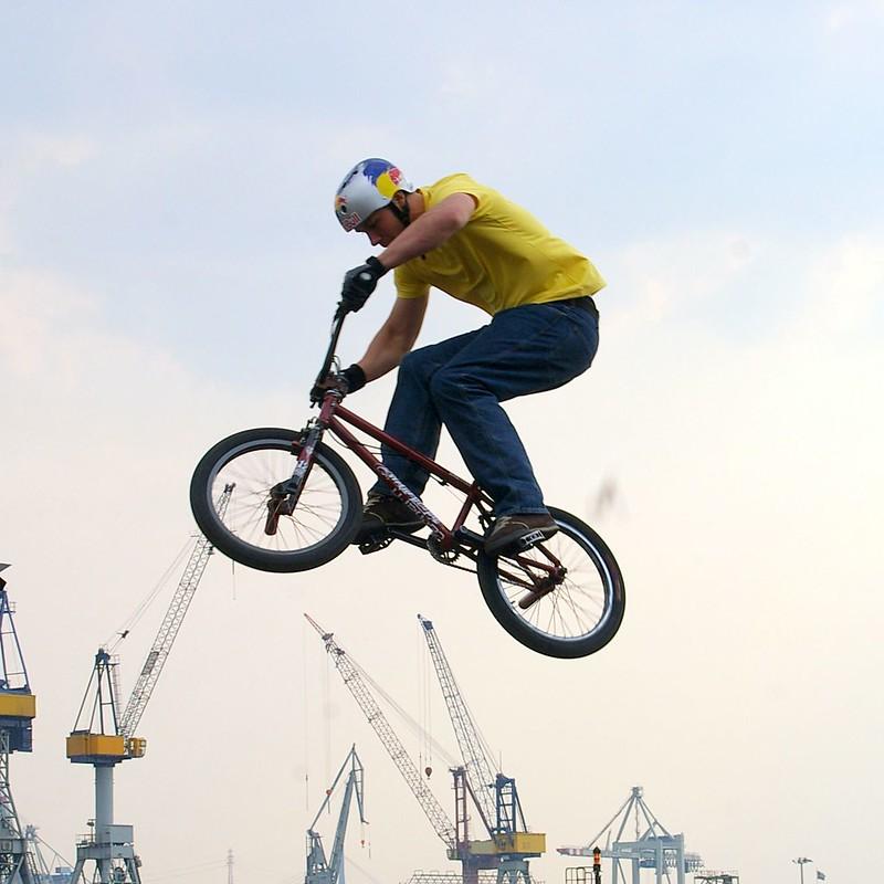 BMX Sprung über den Hafen hinweg
