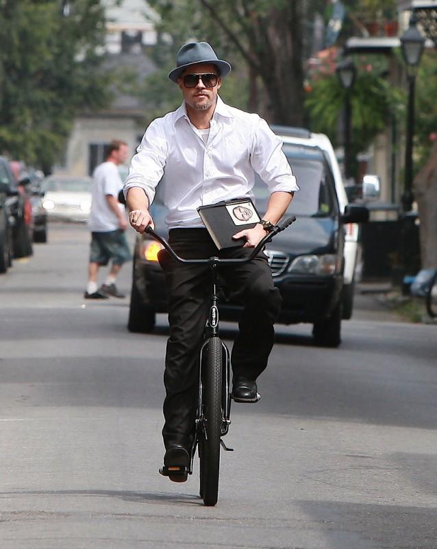 Brad Pitt auf einem schwarzen Beachcruiser mit Hut