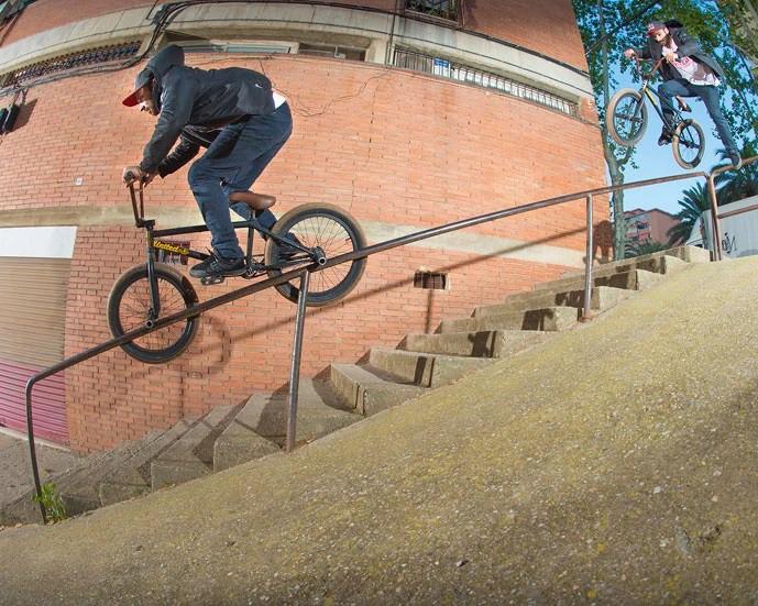 BMX Profi Corey Martinez auf einem Treppen-Geländer