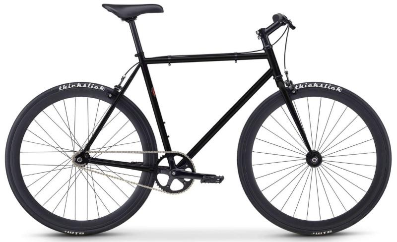 Fuji Declaration Singlespeed/Fixie-Bike in schwarz mit schwarzen thickslick Reifen.