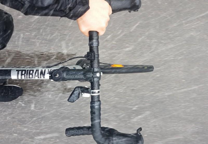 Auf dem Rennrad Rad fahren im im strömenden Regen