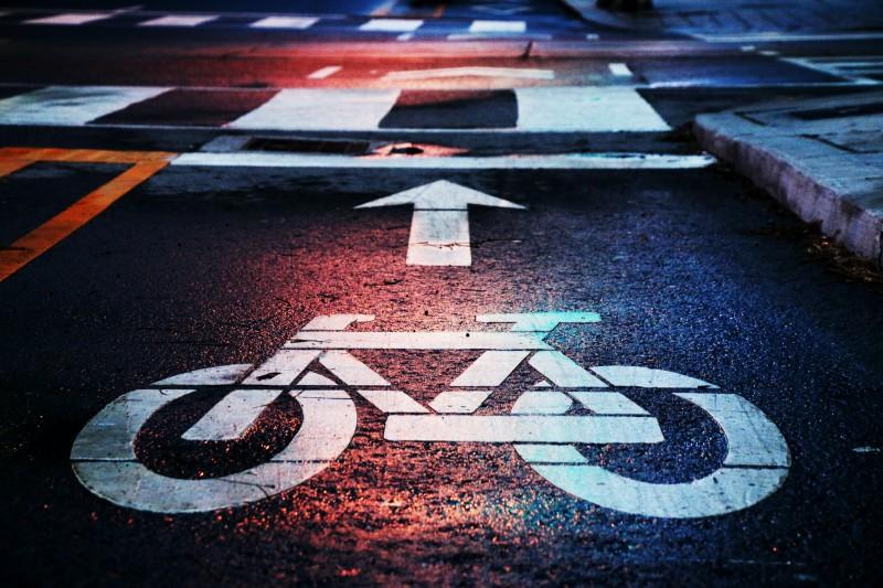 Radweg Zeichen groß auf der Fahrspur aufgemalt. Bild von Andre Gook auf Unsplash: https://unsplash.com/photos/VRLHw_rBjIw