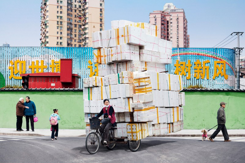 Alain Delorme Totems Serie - Lastenräder in China in grellen Farben
