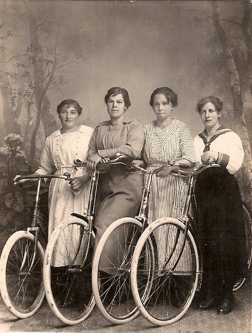 Junge Damen zeigen ihre Damenräder, ca. 1920