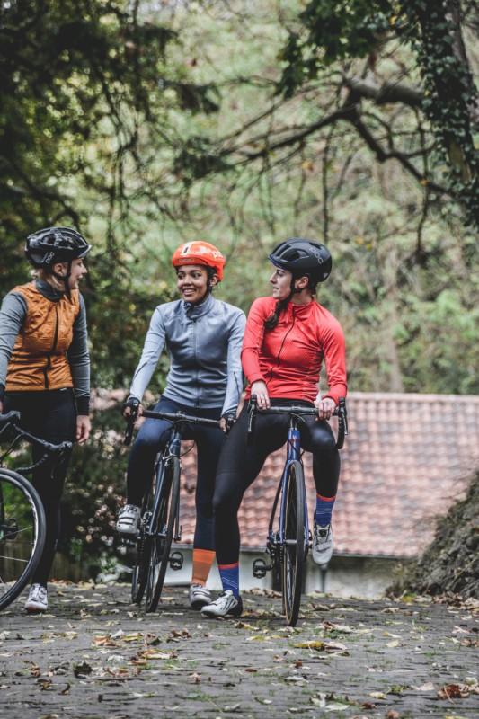 """Rad fahren lernen für Erwachsene als Maßnahme zur Integration: Drei junge Frauen beim gemeinsamen Fahrrad fahren - die eine in der Mitte """"mit Migrationshintergrund"""" lächelt"""