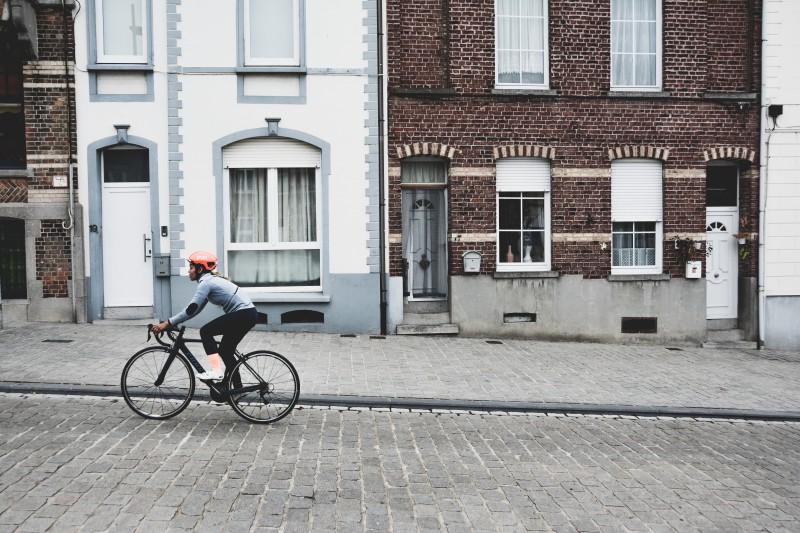 """Junge Frau beim Fahrrad fahren""""mit Migrationshintergrund"""". Es geht aufwärts."""