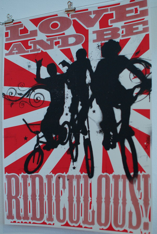 """BMX Poster: Love and be ridiculous, zu deutsch etwa """"Liebe und sei lächerlich"""""""