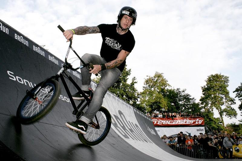 Mark Webb mit dem BMX Bike auf der Halpipe